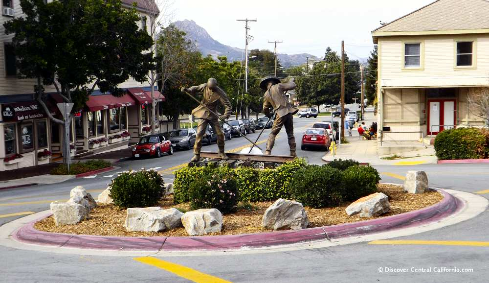 NW view of the sculpture within the traffic circle